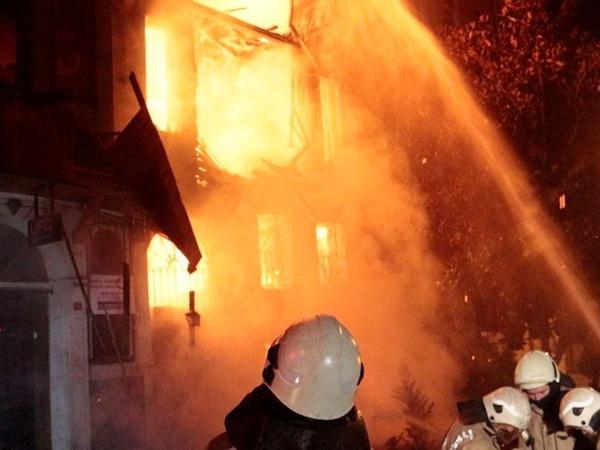 """Siqareti balkona atdılar, bina yandı - <span class=""""color_red"""">Bakıda yanğın</span>"""