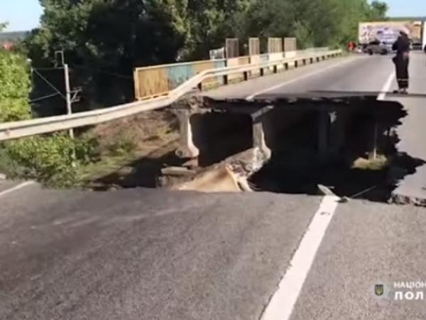 Ukraynada avtomobil körpüsü uçdu