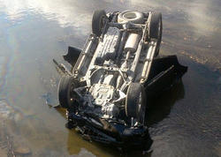"""Sabirabadda maşın su kanalına aşdı, <span class=""""color_red"""">sürücü öldü</span>"""