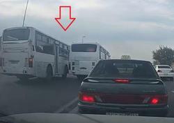 """Əks yola çıxaraq bir-biri ilə ötüşən avtobus sürücüləri - <span class=""""color_red"""">VİDEO</span>"""