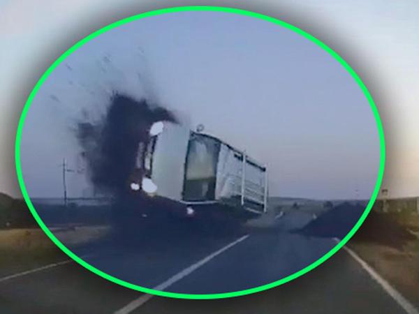 """Diqqətsiz sürücü avtomobili ilə havada """"uçdu"""" - VİDEO"""