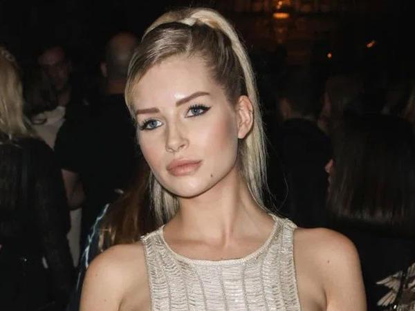 """21 yaşlı model podiuma şəffaf libasda çıxdı, <span class=""""color_red"""">bədəni göründü - FOTO</span>"""