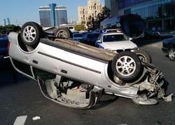 """Bakının mərkəzində ağır qəza: """"Opel"""" aşdı - VİDEO"""