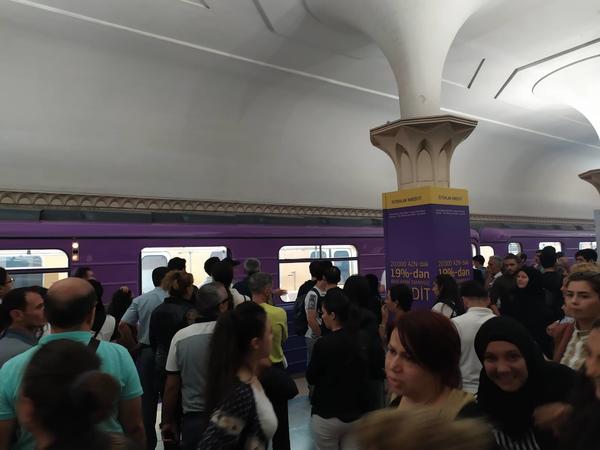 """Bakı metrosunda HƏYƏCAN - Vaqonlara tüstü dolub, <span class=""""color_red"""">sərnişinlər boşaldılıb - VİDEO - FOTO - YENİLƏNİB</span>"""
