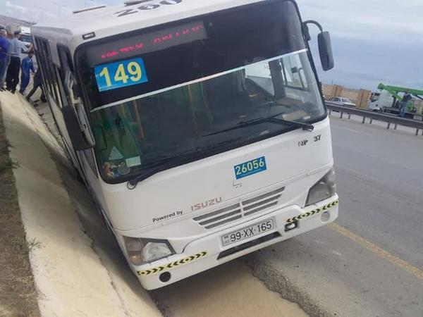 """Bakıda avtobus drenaj xəttinə düşdü, <span class=""""color_red"""">1 nəfər xəsarət aldı - FOTO</span>"""