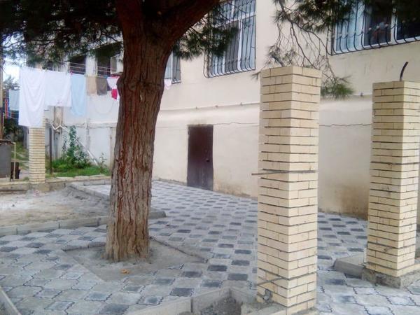 """Bakıda insanlığa sığmayan hərəkət - <span class=""""color_red"""">Ağacın dibini betonladılar - FOTO</span>"""