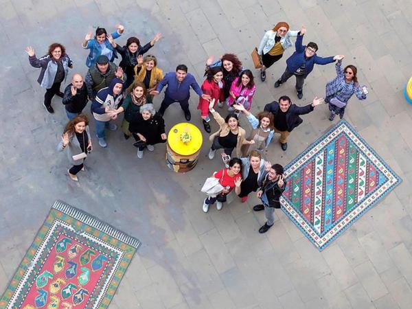 """Rəssamlar döşəmə üzərində Gəncə, Şirvan və Qarabağ zonalarına aid olan üç xalça yaradıblar - <span class=""""color_red"""">FOTO</span>"""