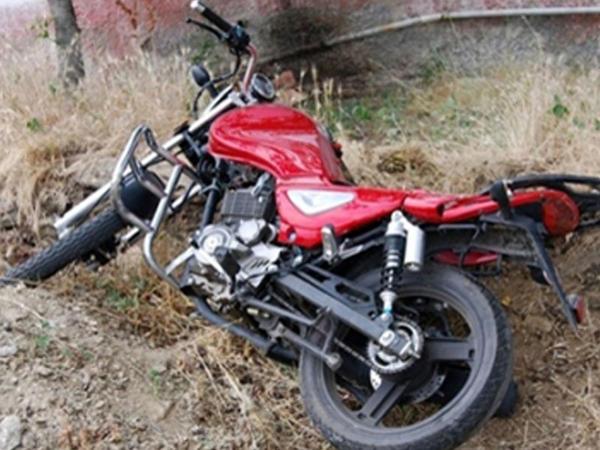 """Tovuzda avtomobil motosikletlə toqquşdu - <span class=""""color_red"""">Ölən var</span>"""