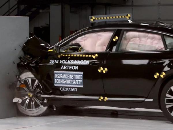 VW Arteon fənərlərin ucbatından yüksək qiymət ala bilməyib - VİDEO