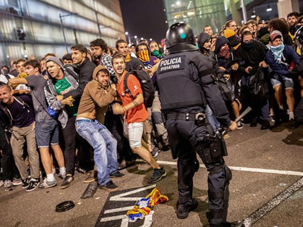 """İspaniya polisi etirazçıları dəyənəklə döydü - <span class=""""color_red"""">131 yaralı - FOTO</span>"""