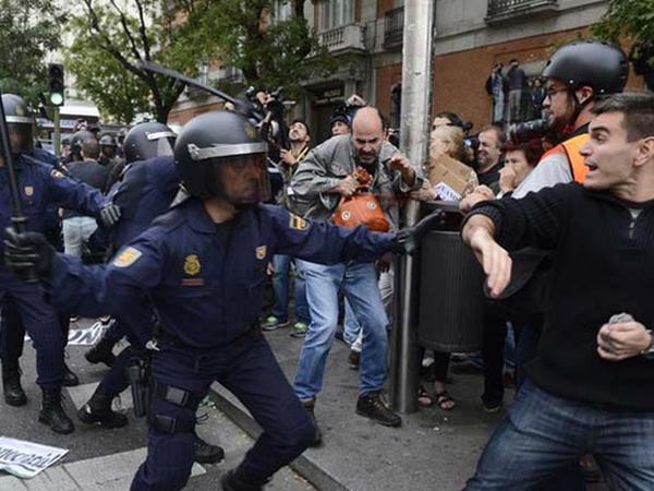 Etirazçılar Barselonada küçələri zibil konteynerləri ilə bağlayırlar