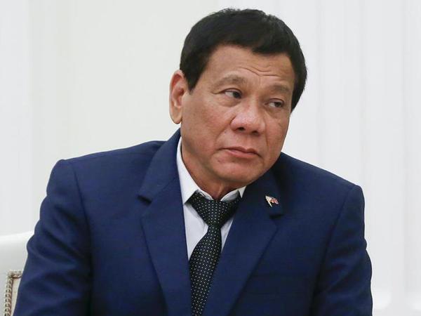 Filippin prezidenti motosikletdən yıxıldı