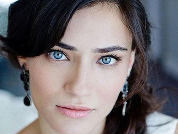 """Türkiyəli aktrisa hamilədir - <span class=""""color_red"""">Uşaq ABŞ-da doğulacaq</span>"""