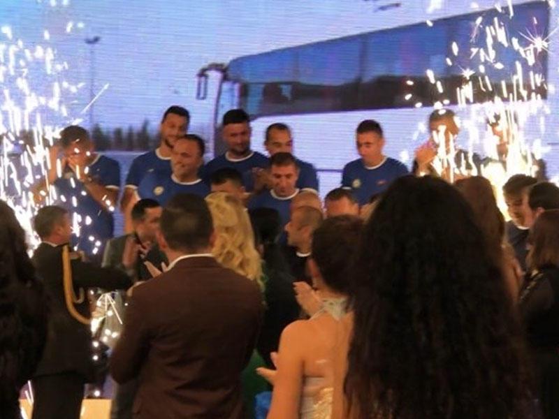 Roza Zərgərli udduğu maşını avtobusla dəyişib qazilərə bağışladı