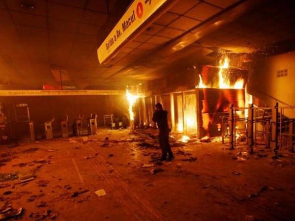 """Bu ölkədə iğtişaşlar zamanı supermarket yandırılıb: <span class=""""color_red""""> 3 ölü</span>"""