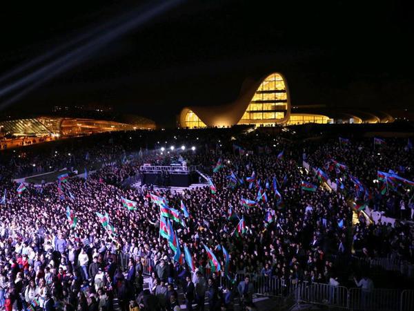 Dövlət müstəqilliyinin şərəfinə on minlərlə insan meydanda birləşdi! - VİDEO - FOTO