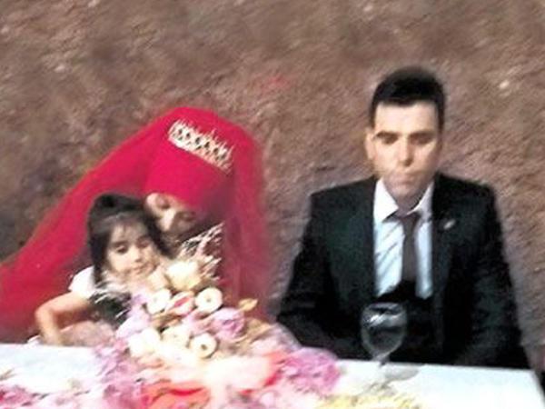Toy yasa döndü: qızın atası bəyin boğazını kəsdi - VİDEO - FOTO