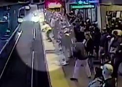 Sərxoş sərnişin metroda relslərin üstünə yıxıldı - VİDEO
