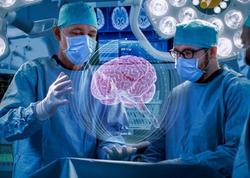 Dünyada ilk dəfə həkimlər robot vasitəsilə insan beynində əməliyyat keçirtdilər - VİDEO