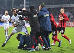 """Futbolçu baş məşqçini itələyib, yerə yıxdı - <span class=""""color_red"""">VİDEO</span>"""