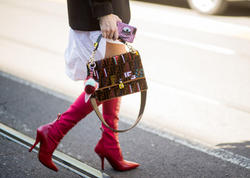 Qırmızı çəkməli qızlar payızın stil ikonaları oldu - FOTO