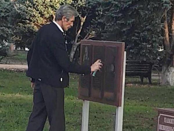 Rusiyada erməni nasistinin xatirə lövhəsi qara boya ilə boyanıb