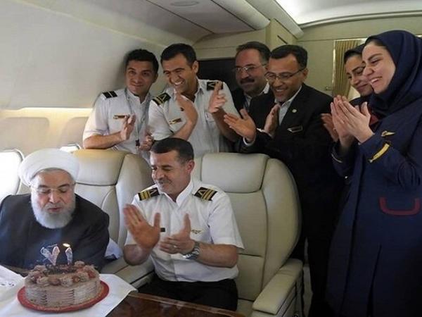 İran prezidenti ad gününü təyyarədə qeyd edib