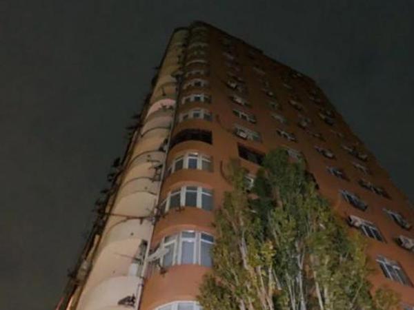 """Bakıda 18 mərtəbəli binada baş vermiş yanğın zamanı 6 mənzil yanıb, <span class=""""color_red"""">yanğın söndürülüb - YENİLƏNİB - FOTO</span>"""