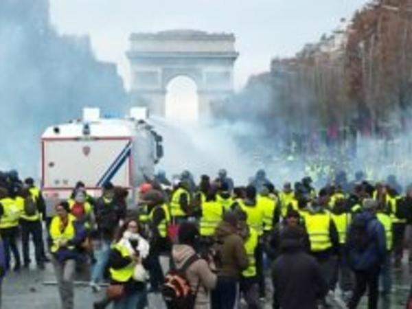 """""""Sarı jiletlilər""""in aksiyaları Fransa büdcəsinə 2,5 milyard avro ziyan vurub"""