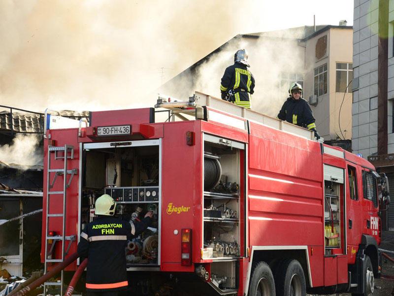 Heydər Əliyev prospektində yaşayış binası yandı, 3 nəfər xəstəxanaya yerləşdirildi - FOTO