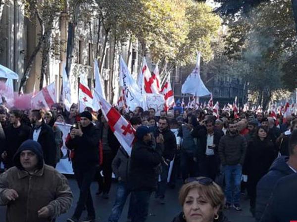 Gürcüstan müxalifəti parlament binasının giriş-çıxış qapılarını bağlayıb