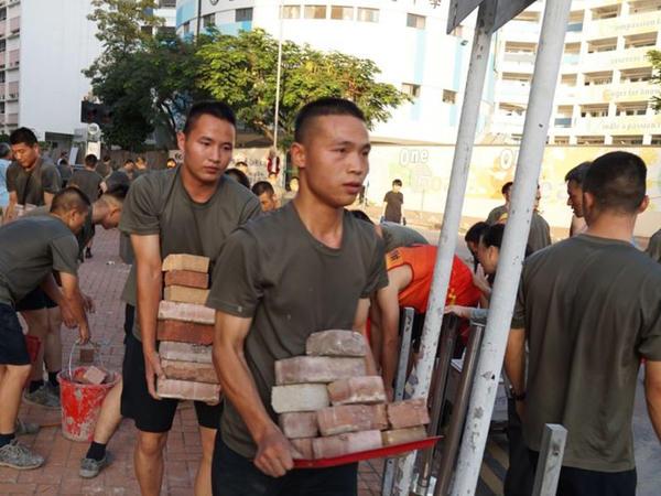 Çin qoşunları Honq Konqda küçələri təmizləməyə yardım edir