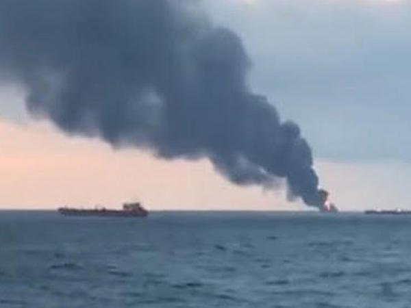 Yaponiya dənizində gəmi alışıb