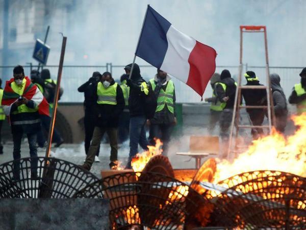 """Fransada """"sarı gödəkçələr""""in nümayişlərinin ikinci günü iğtişaşlarsız keçib"""