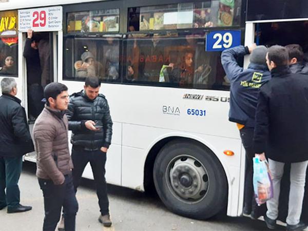 """""""İnsanlar qapısı açıq avtobusdan acımış xəmir kimi daşırlar"""" - FOTO"""