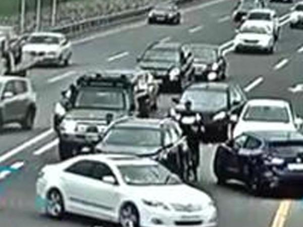 """Bakıda 5 avtomobil toqquşdu: <span class=""""color_red""""> sürücülər arasında dava düşdü - VİDEO</span>"""