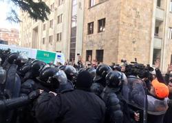 Tbilisidə etirazçılar parlament binasını mühasirəyə aldılar