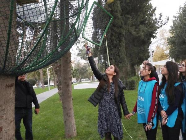 Heydər Əliyev Fondunun vitse-prezidenti Leyla Əliyevanın iştirakı ilə Bakının Atatürk prospektində yerləşən parkda 10 tutuquşu buraxılıb  - FOTO
