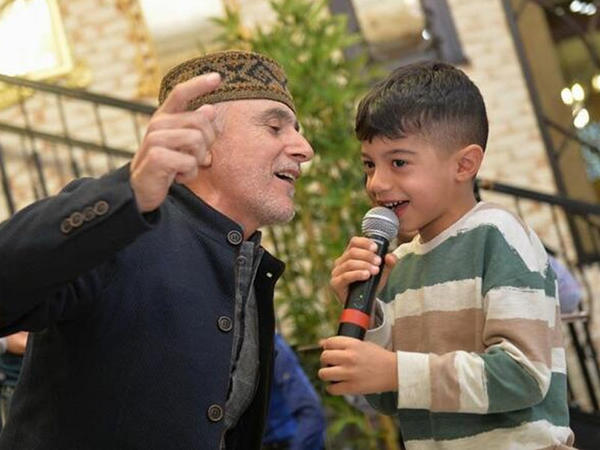 Alim Qasımov nəvəsi ilə duet oxudu - VİDEO