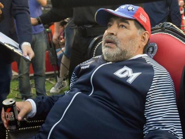 Maradona Argentina klubundan qovuldu