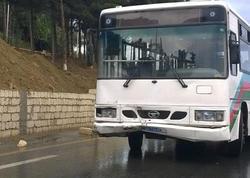 """Bakıda sərnişin avtobusu qəzaya düşdü, <span class=""""color_red"""">6 nəfər xəstəxanaya yerləşdirildi</span>"""