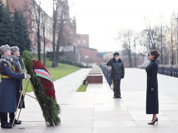 Birinci vitse-prezident Mehriban Əliyeva Moskvada naməlum əsgərin məzarını ziyarət edib - FOTO