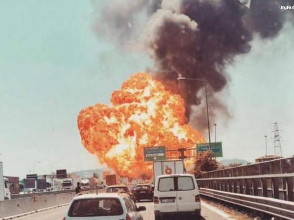 Bakı-Astara yolunda yanacaq daşıyan maşın aşaraq alovlanıb - VİDEO