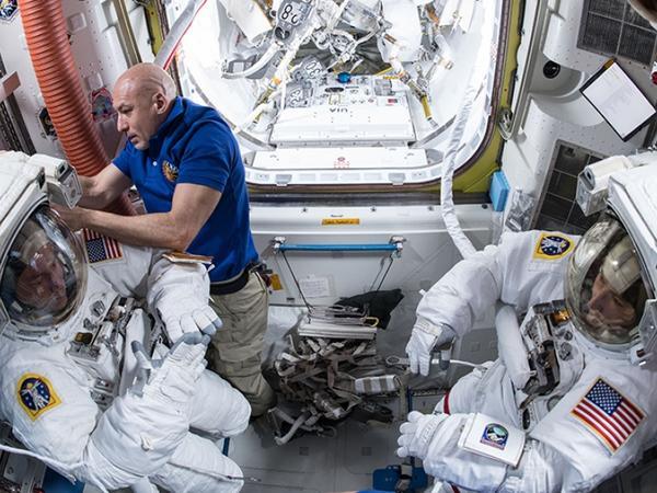 ABŞ və İtaliya astronavtları ikinci dəfə açıq kosmosa çıxıblar