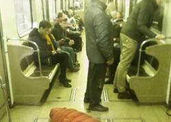 "Metroda biabırçı görüntü - <span class=""color_red"">Sərxoş qızın şalvarını endirib... - FOTO</span>"