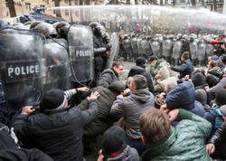 """Tbilisidə polis etirazçıları &quot;suladı&quot;: <span class=""""color_red"""">20 nəfər saxlanıldı</span>"""