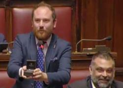 Parlamentin iclasında millət vəkili sevgilisinə evlənmə təklif edib