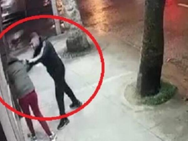 17 yaşlı oğlan sevgilisini küçənin ortasında döydü