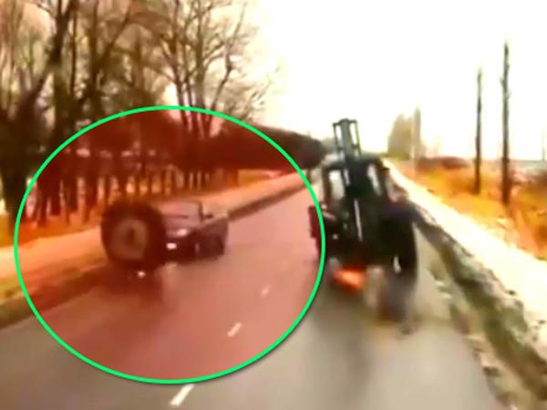 """""""Chevrolet"""" traktor təkəri ilə toqquşdu: <span class=""""color_red"""">sürücünü burnu sındı - VİDEO</span>"""