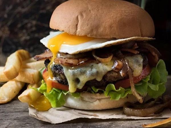 """Steyk və burgerlər ömrü qısaldır, xərçəng yaradır – <span class=""""color_red"""">ALİMLƏR</span>"""